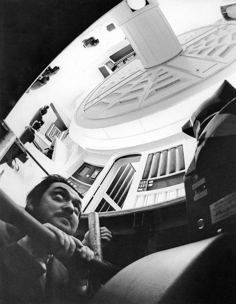 """Стэнли Кубрик на съемочной площадке фильма """"2001 год: Космическая одиссея"""", 1967 год"""