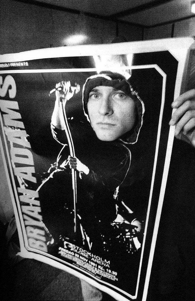 Курт Кобейн выглядывает сквозь плакат Брайана Адамса, 1991 год