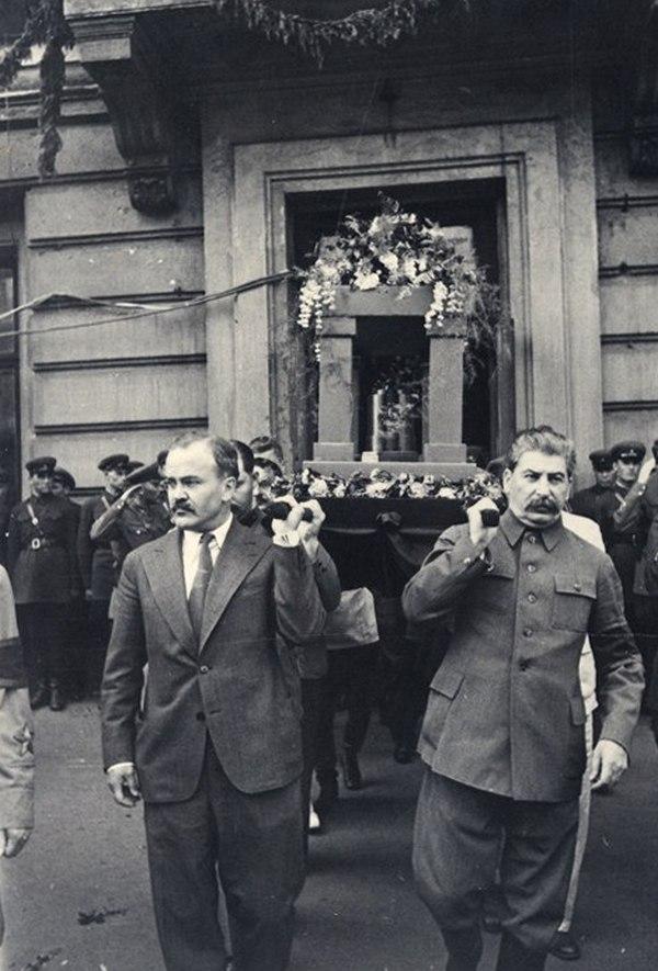 Иосиф Сталин помогает нести урну с прахом Максима Горького, 21 июня 1936 года