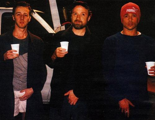 "Эдвард Нортон, Дэвид Финчер и Брэд Питт на съемках фильма ""Бойцовский клуб"", 1999 год"