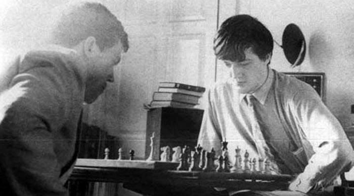 Хью Лори и Стивен Фрай играют в шахматы в комнате Фрая в Кембридже, 1980 год