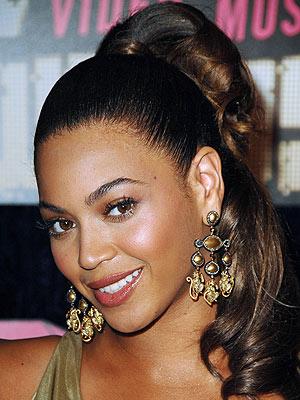 Многообразные причёски и макияж Бейонс