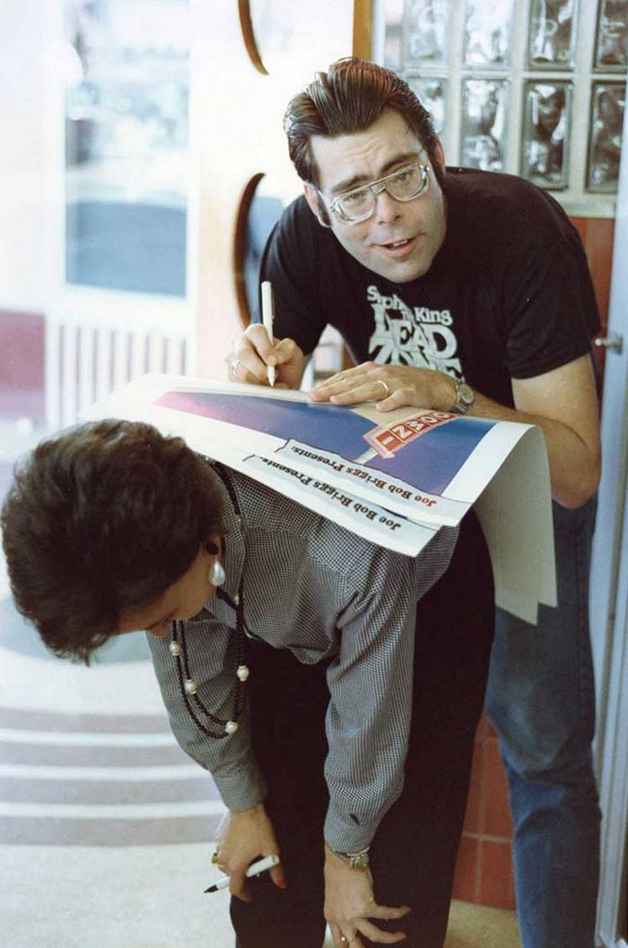 Стивен Кинг подписывает постер для фанатов, 1985 год