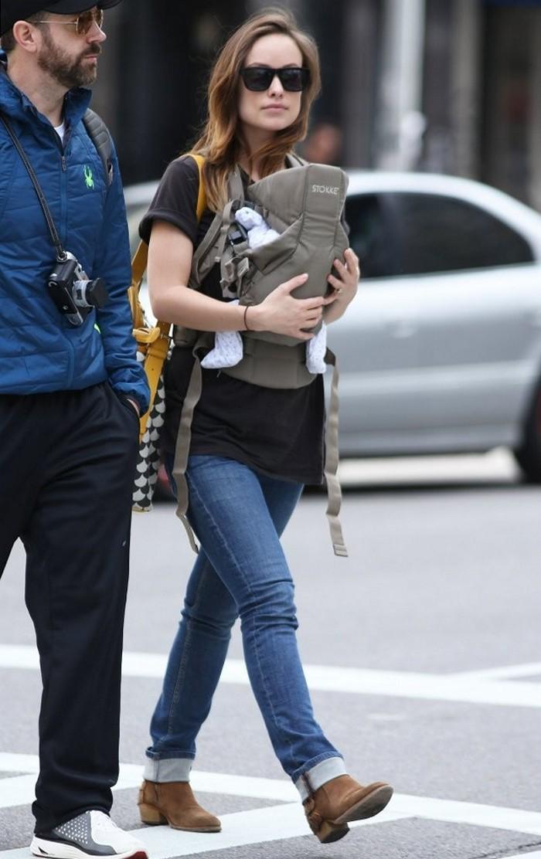 Оливия Уайлд и Джейсон Судейкис на прогулке с сыном