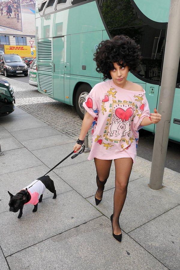 9 необычных нарядов Леди Гаги во время выгуливания собаки