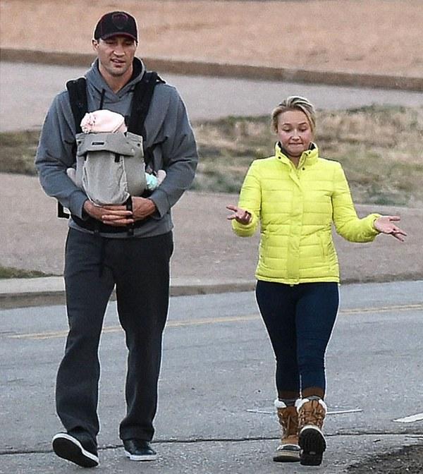 Владимир Кличко и Хайден Панеттьер с дочерью на прогулке
