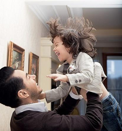 Тимур Родригез со своей семьей в фотосессии для российского журнала Hello!