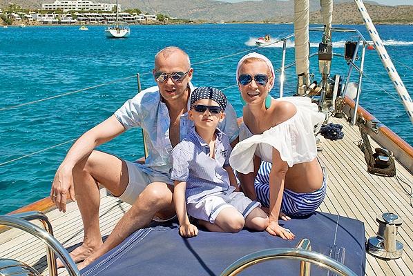Олеся Судзиловская с мужем и сыном в фотосесии для журнала HELLO!, июль 2014