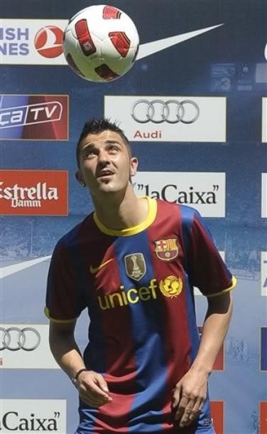 Давид Вилья в футболке Барселоны. Презентация на Камп Ноу.