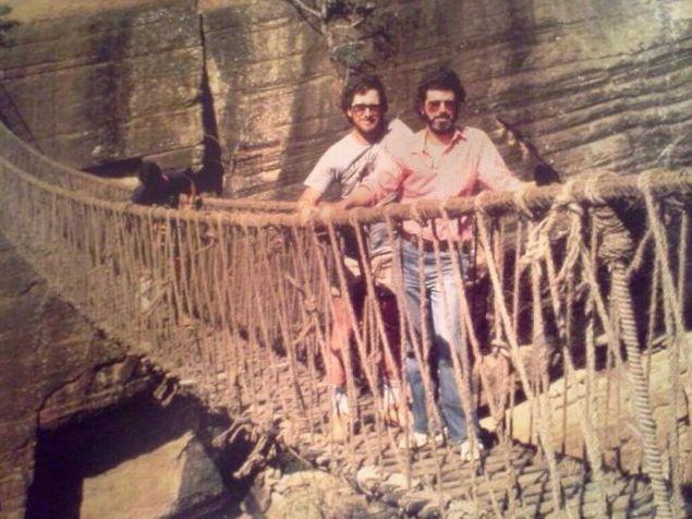 """Стивен Спилберг и Джордж Лукас во время съемок фильма """"Индиана Джонс и Храм судьбы"""", 1983 год"""
