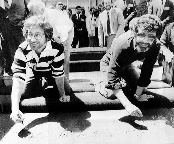 Стивен Спилберг и Джордж Лукас оставляют отпечатки рук и ног возле Китайского театра в Лос-Анджелесе, 1984 год