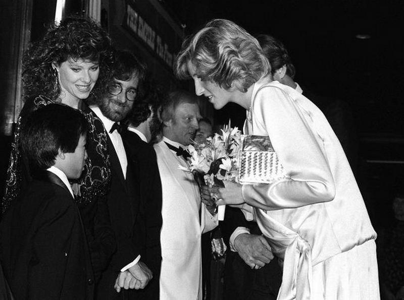 Принцесса Диана приветствует Джонатана Ке Квана, Кейт Кэпшоу и Стивена Спилберга на лондонской премьере фильма «Индиана Джонс и Храм судьбы», 1984 год