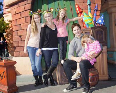 Дженни Гарт и Питер Фачинелли с дочерьми в Диснейленде