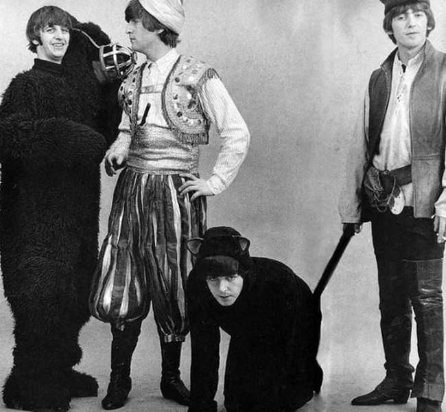 Ринго Старр в образе медведя, Джон Леннон в образе Али-Баба, Пол Маккартни в образе кота и Джордж Харрисон в образе Робин Гуда, 1964 год