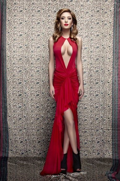 Алена Винницкая в фотосессии под названием «Красное и черное»