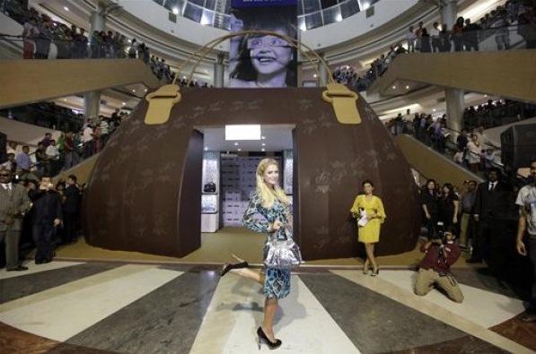 Пэрис Хилтон открыла бутик в форме сумочки