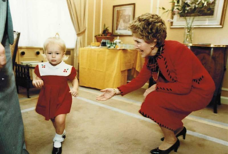 Юная Пэрис Хилтон знакомится с Нэнси Рейган, 1983 год