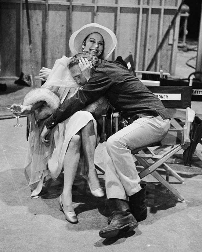 """Ава Гарднер и Пол Ньюман во время съемок фильма """"Жизнь и времена судьи Роя Бина"""", 1972 год"""