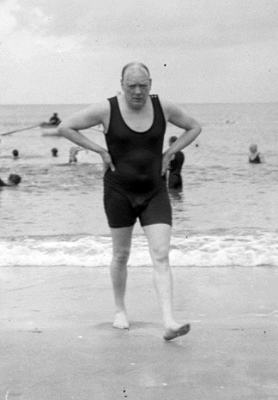 Уинстон Черчилль после купания на пляже в Довилле, Франция