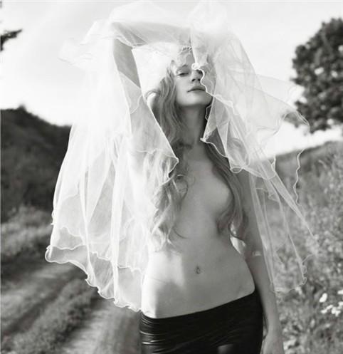 Светлана Ходченкова обнажила грудь для Playboy