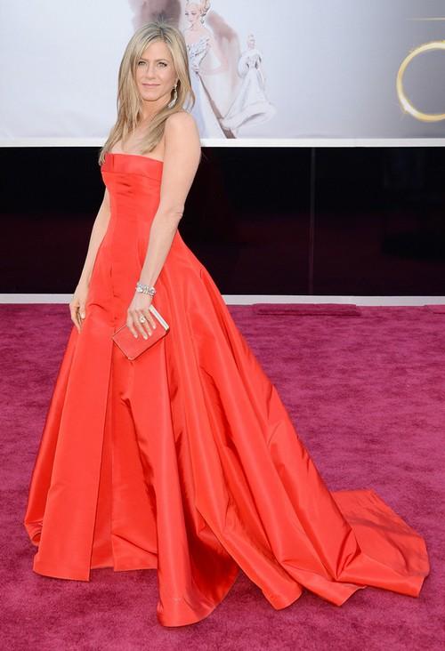 Маникюр под красное платье для русых, брюнеток, блондинок на короткие