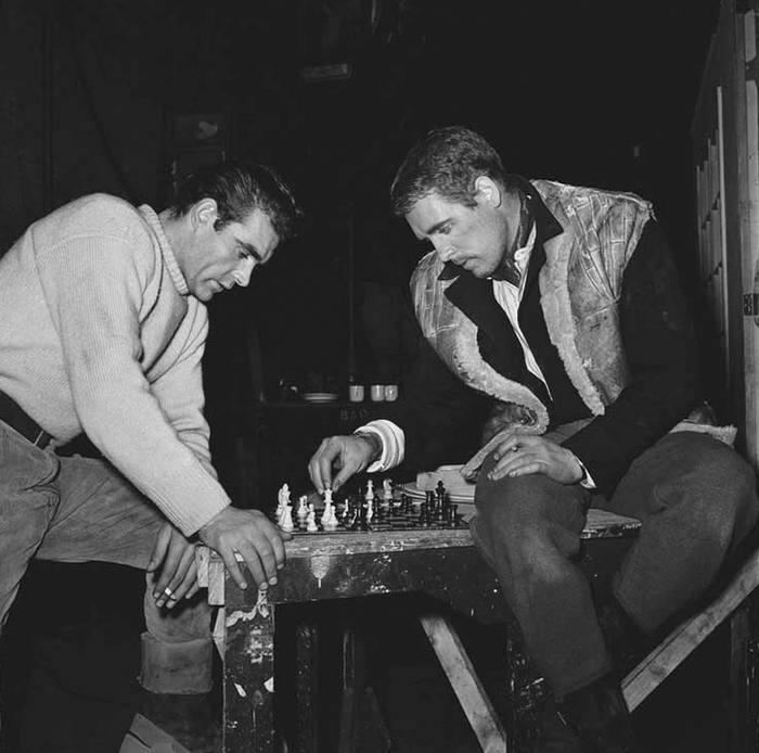 """Шон Коннери и Патрик МакГуэн играют в шахматы во время перерыва на съемках фильма """"Адские водители"""", 1956 год"""