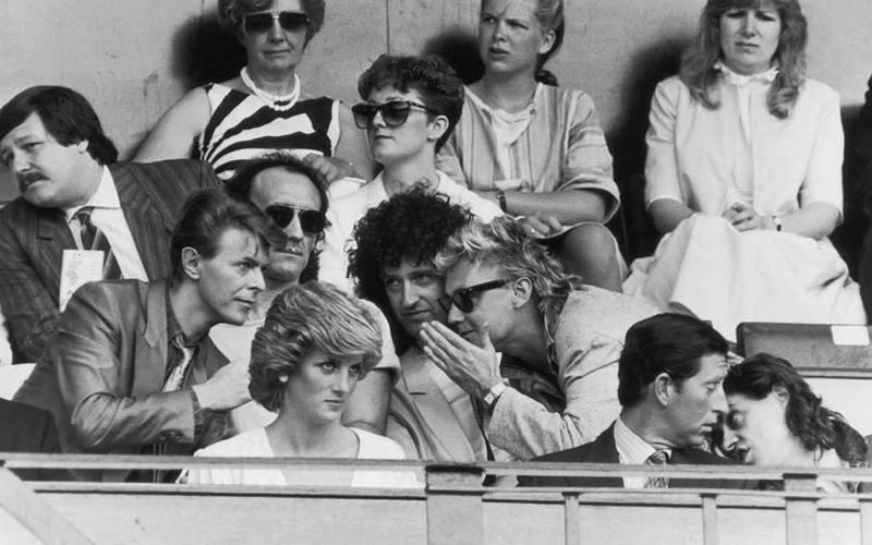 Дэвид Боуи, Крис Тейлор, Брайан Мэй, Роджер Тэйлор, Принцесса Диана, Принц Чарльз и Боб Гелдоф на стадионе Уэмбли, 1985 год