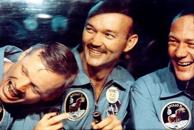Нил Армстронг, Майкл Коллинз и Базз Олдрин в карантинном модуле в день возвращения из лунной экспедиции, 24 июля 1969 года