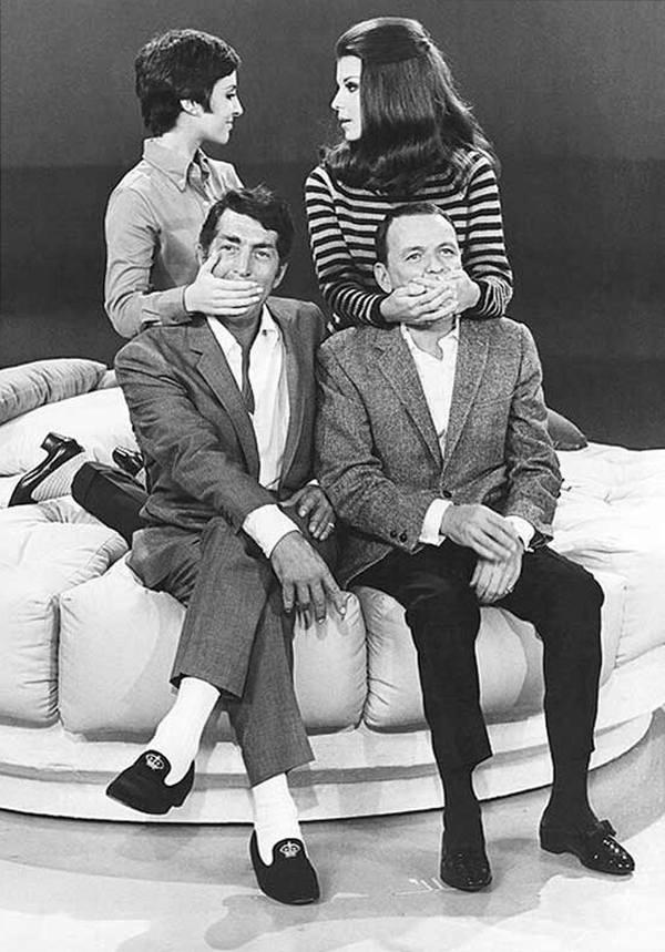 """Дин Мартин и Фрэнк Синатра со своими дочерьми Диной Мартин и Тиной Синатрой на съемках """"Шоу Дина Мартина"""", 1965 год"""