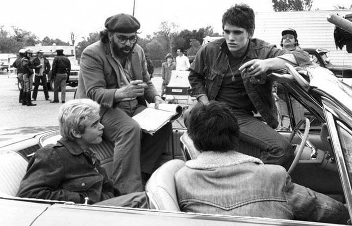 """Френсис Форд Коппола, Мэтт Диллон, Си Томас Хауэлл и Ральф Маччио во время съемок фильма """"Изгои"""", 1982 год"""