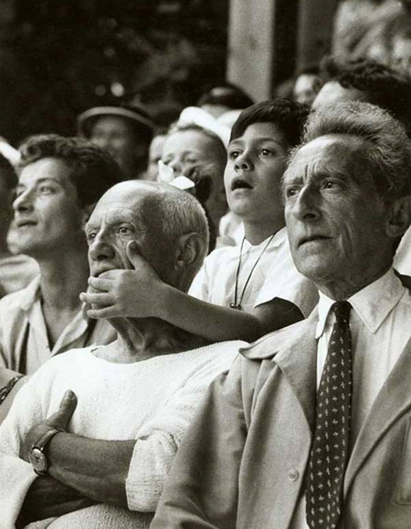Пабло Пикассо вместе со своим сыном Клодом и режиссером Жаном Кокто на корриде во Франции, 1955 год