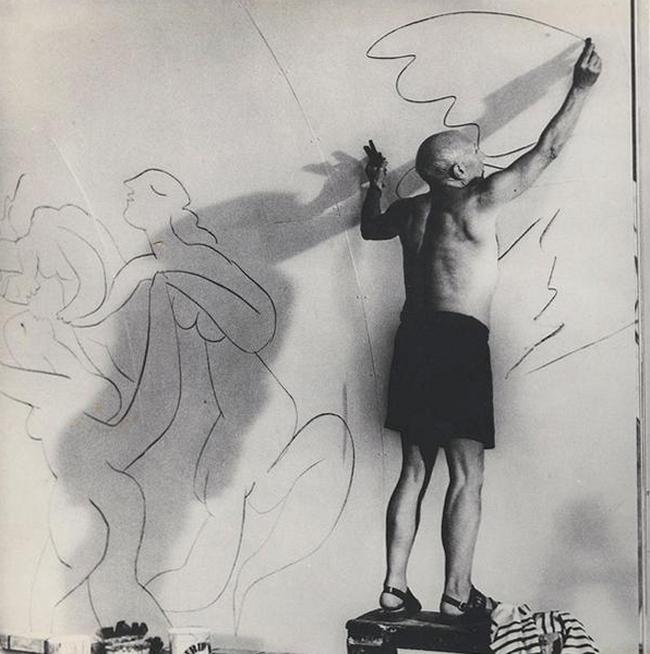 Пабло Пикассо за работой, 1960 год