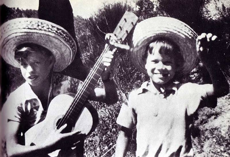 Юный Мик Джаггер и его младший брат Крис, 1953 год