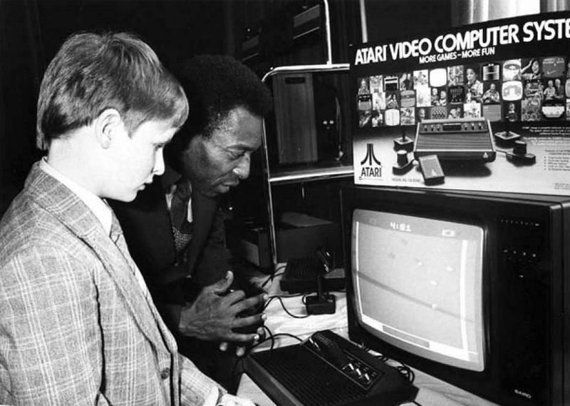 Пеле играет Pele's Soccer на игровой приставке Atari 2600, 1981 год
