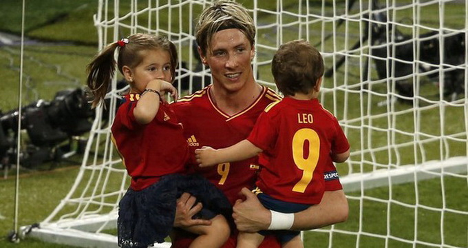 Испанские футболисты радовались победе на Евро-2012 вместе со своими детьми