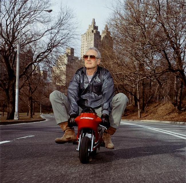 Пол Ньюман катается на мини-мотоцикле по Центральному Парку, 1998 год
