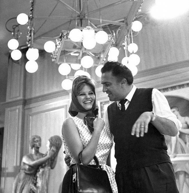 """Клаудия Кардинале и Федерико Феллини на съемках фильма """"8 с половиной"""", 1962 год"""