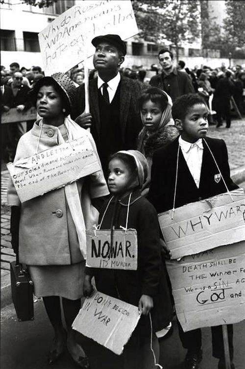 Руби Ди, Осси Дэвис и их дети на мирной демонстрации возле Конгресса расового равенства в Нью-Йорке, 1962 год