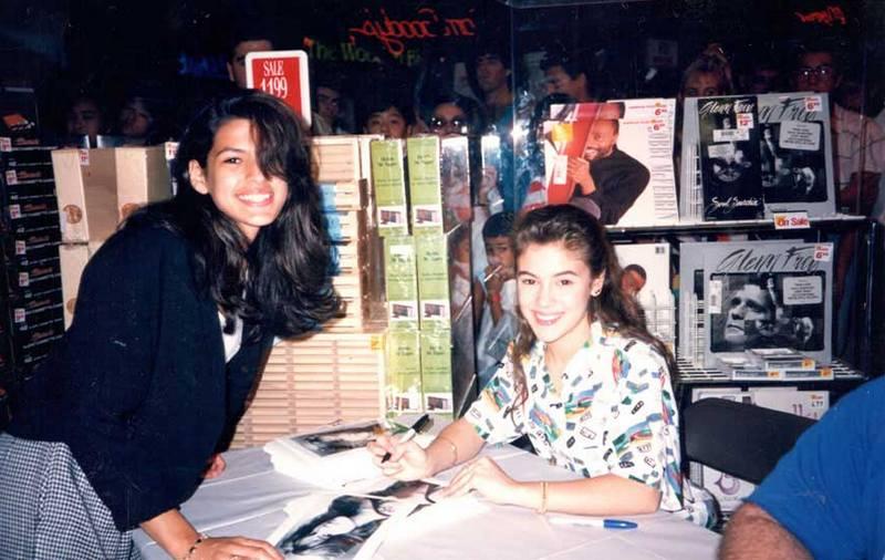 Пятнадцатилетняя Ева Мендес берет автограф в семнадцатилетней Алиссы Милано, 1990 год