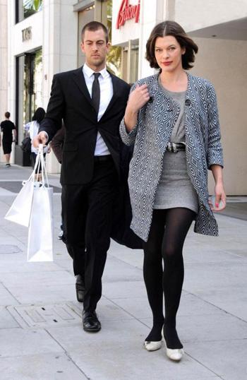 Уличный стиль знаменитости: Милла Йовович на шопинге