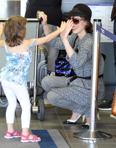 Милла Йовович с семьей в аэропорту