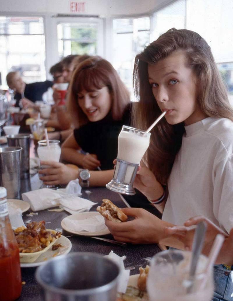 Юная Милла Йовович завтракает в ресторане Johnny Rockets в Голливуде, 1987 год