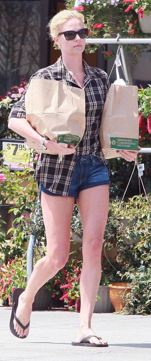 Шарлиз Терон и её стройные ножки