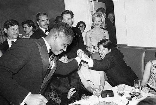 Том Круз поздравляет Кьюбу Гудинга мл. с победой на премии Оскар, 1997 год