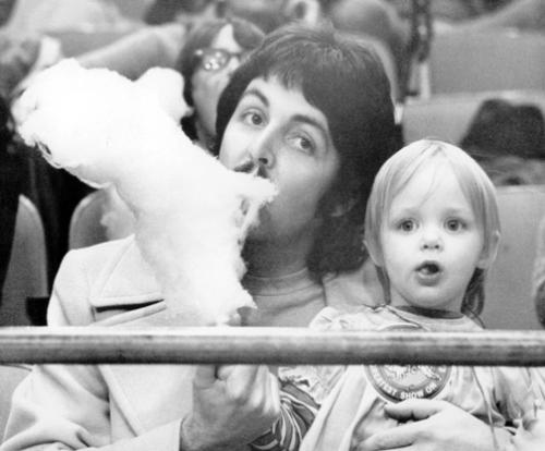Пол Маккартни и Стелла Маккартни едят сладкую вату в цирке Barnum & Bailey в Мэдисон Сквер Гарден, 1974 год