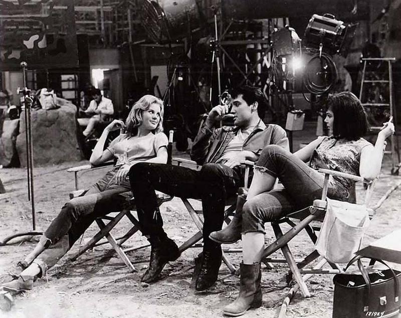 """Памела Остин, Элвис Пресли и Ивонн Крейг на съемках музыкального фильма """"Целующиеся кузены"""", 1963 год"""