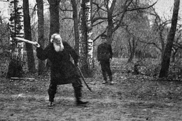 Лев Толстой играет в городки, 1909 год