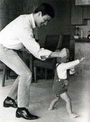 Папа тренирует сына.  Брюс Ли и Брэндон Ли, 1966 год