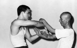 Пятнадцатилетний Брюс Ли тренируется со своим наставником Ип Маном, 1955 год
