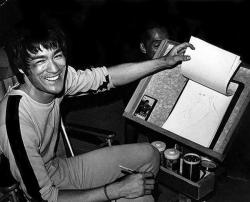 """Брюс Ли рисует эскизы во время перерыва на съемках фильма """"Игра смерти"""", 1977 год"""